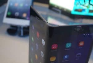 Huawei запатентовала складной телефон.